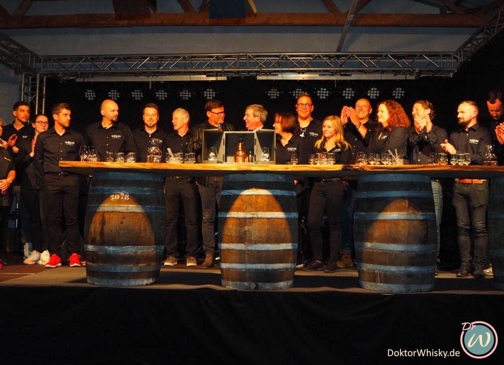Die Mitarbeiter der Brennerei auf der Bühne bei der Whisky-Präsention - St. Kilian Distillers